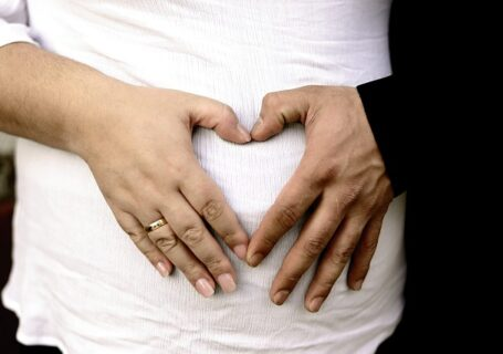 Ręce na brzuchu w kształcie serca