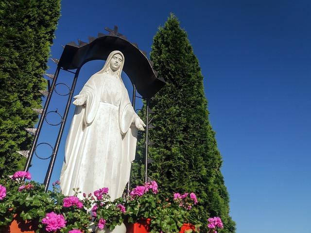 figura Matki Bożej w ogrodzie