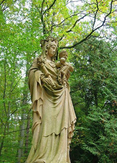 figura Matki Bożej w parku