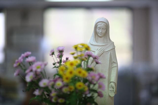 Figura Maryi w kwiatach