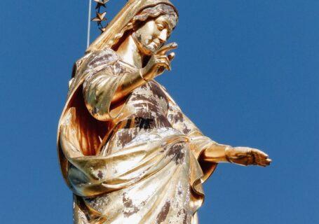 Figura Matki Bożej z podniesioną dłonią