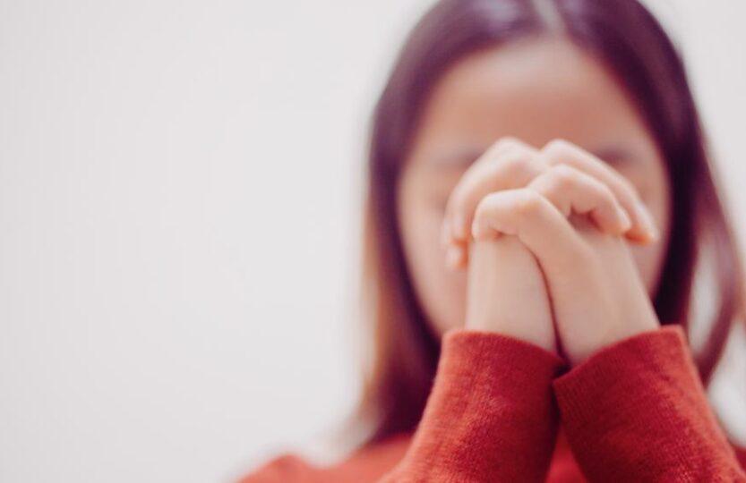 Młoda dziewczyna się modli